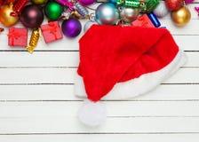 Шляпа Santas около игрушек рождества Стоковое Фото