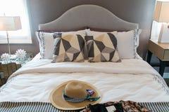 Шляпы и подушки ` s женщин на кровати Стоковая Фотография RF