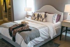 Шляпы и подушки ` s женщин на кровати Стоковое фото RF