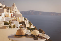2 шляпы на изображении острова Santorini медового месяца Стоковое Изображение