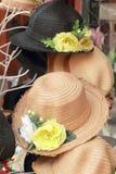 Шляпы для продажи на рынке стоковое изображение rf