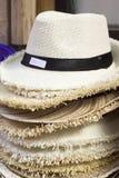 Шляпы для продажи на рынке стоковые фотографии rf
