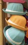 Шляпы для продажи на рынке стоковая фотография