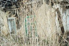 Щебень разрушенного дома в траве Стоковые Изображения RF