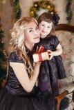 Щека матери и дочери к щеке на рождестве стоковое изображение