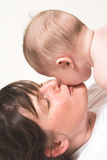 щека младенца целуя мать Стоковое Фото