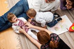 Щекотать семью девушки малыша Стоковая Фотография