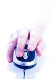щелкая мышь перста компьютера Стоковые Фото