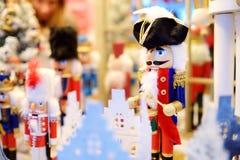Щелкунчик рождества продал на рождественской ярмарке в Вильнюсе, Литве Украшенные покупки стоят с разнообразием игрушек Xmas Стоковое Изображение