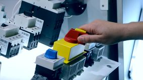 Щелчки человека нажимая на кнопках пульта управления и отжимая рычаг видеоматериал