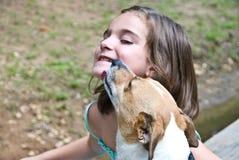 щенок влюбленности девушки собаки Стоковое Изображение RF