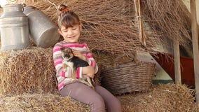 щенок девушки счастливый маленький акции видеоматериалы