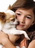 щенок ittle удерживания девушки чихуахуа Стоковое фото RF