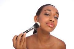 щетка африканского beautician красивейшая делает порошок вверх стоковые изображения