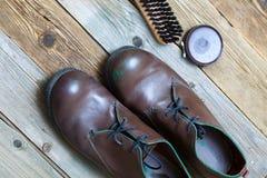 Щетка ботинок Брайна и заполированность ботинка Стоковое фото RF