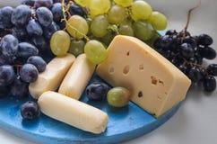 Щетка виноградин в деревянной чашке 2 вида сыра Стоковые Изображения RF