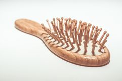 Щетка волос Крупный план массажировать щетку волос при естественные деревянные ручка, основание, и штыри изолированные на белой п Стоковые Фото