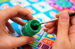 щетка вручает краску Стоковое Фото