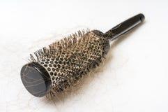 Щетка гребня с потерянными волосами - концепцией плешивости стоковое изображение rf