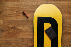 Щетка губки и воск сноуборда, лежа на деревянном поле стоковое фото rf