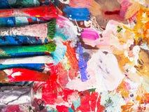 Щетка и яркая палитра масл-краски для предпосылки Стоковые Фото