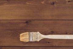 Щетка краски на деревянной предпосылке Стоковые Изображения RF