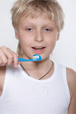 щетка мальчика очищает зуб зубов Стоковое фото RF
