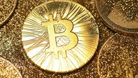 Щетка меха макроса очищает блесточки на модели монетки системы Bitcoin