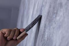 Щетка пользы работника для стиля просторной квартиры краски цвета конкретного на стене Стоковые Изображения