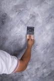 Щетка пользы руки для стиля просторной квартиры краски цвета конкретного на стене Стоковые Изображения RF