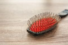 Щетка с потерянными волосами на деревянном столе стоковая фотография