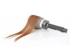 Щетка для волос с волосами в ей изолировала на белизне. Стоковое Изображение RF