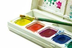 Щетки в коробке цвета воды на белой предпосылке Стоковые Фото