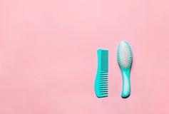 2 щетки гребня гребня волос бирюзы при ручка для всех типов, изолированная на розовой предпосылке космоса экземпляра Mininmalisti Стоковое фото RF