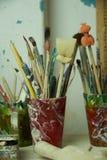 Щетки, губки и инструменты для гончарни картины художника Стоковое Изображение