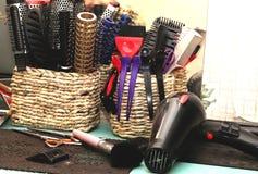 Щетки для волос, barrettes и инструкции парикмахера в салоне стоковое фото rf