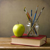 Щетки и книги краски Стоковая Фотография