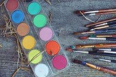 Щетки и краски на таблице Стоковые Изображения RF
