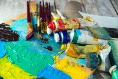Щетки, краски, палитра Рисуя комплект для Стоковая Фотография