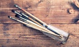 Щетки на деревянной предпосылке стоковое фото