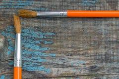 2 щетки на предпосылке старых деревянных доск Стоковые Изображения