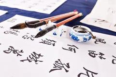 Щетки на таблице с белыми бумагами стоковая фотография