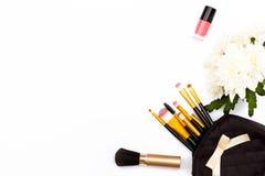 Щетки состава, розовый маникюр и хризантема цветут на белой предпосылке перл макроса имитировать поля детали глубины контейнера п Стоковая Фотография RF