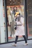 Щелчковый портрет девушки покупок Стоковые Изображения RF