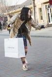 Щелчковый портрет девушки покупок Стоковая Фотография RF
