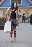 Щелчковый портрет девушки покупок Стоковое фото RF