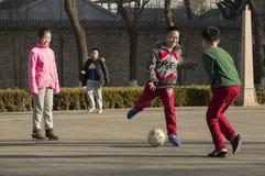 Щелчковый портрет играть шарика ноги Стоковая Фотография