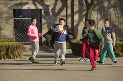 Щелчковый портрет шарика ноги играя детей Стоковые Фото