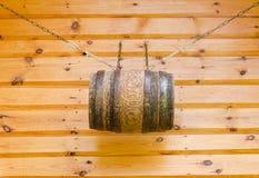 Щипец деревянных сельских дома и бочонка с цепями Стоковые Фотографии RF