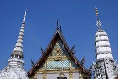 Щипец и stupa фронта Wat Rai Phrik в Бангкоке, Таиланде, Азии стоковые изображения